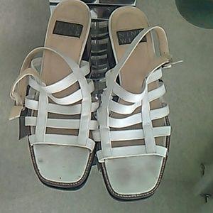 Leather sandal low heels.